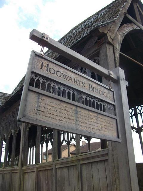 ホグワーツブリッジにも古ぼけた看板が