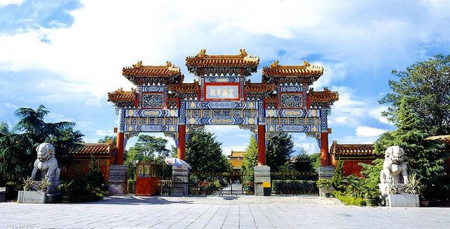 チベット仏教寺院・雍和宮の瑠璃牌楼