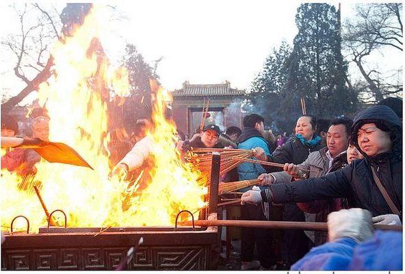 チベット仏教寺院・雍和宮にお参りする人々