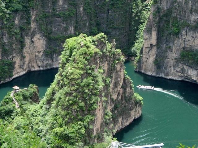 水と緑の龍慶峡を遊覧船で巡ります