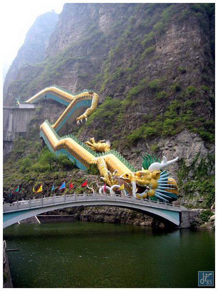 龍を模したトンネルを通り龍慶峡へ