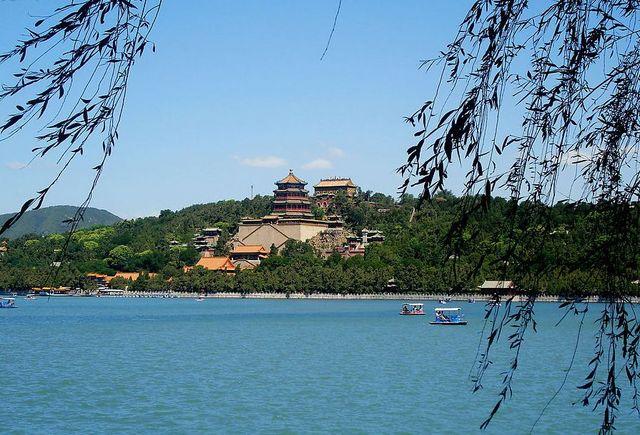 頤和園・昆明湖から仏香閣を望む