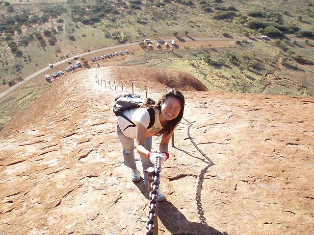 意外と急勾配のウルル登山。鎖にしっかりつかまって!