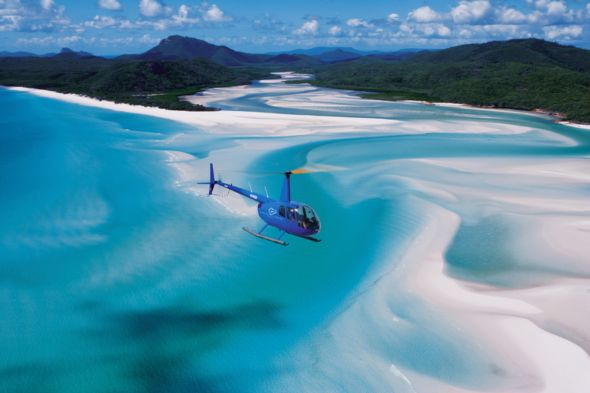 ヘリコプターからホワイトヘブンビーチの絶景を観賞
