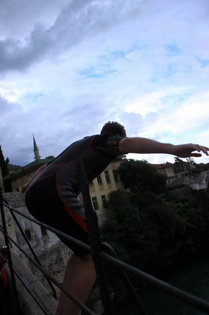 スタリ・モストからジャンプする若者