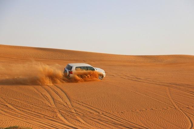 縦横無尽に砂漠をかけぬける4WD、スリル満点!