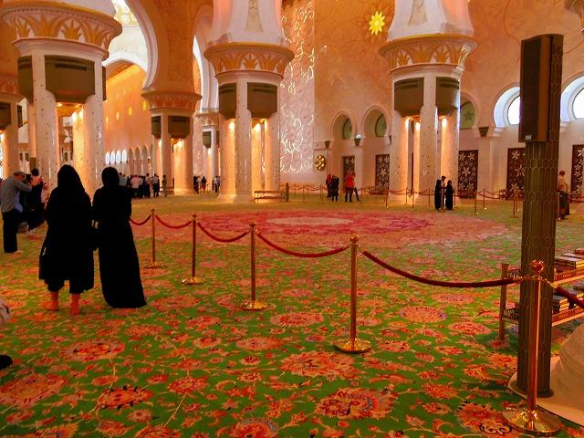 世界最大の手織のペルシャ絨毯が敷かれた礼拝堂