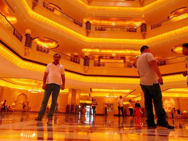鏡のように光るエミレーツパレスホテルの床