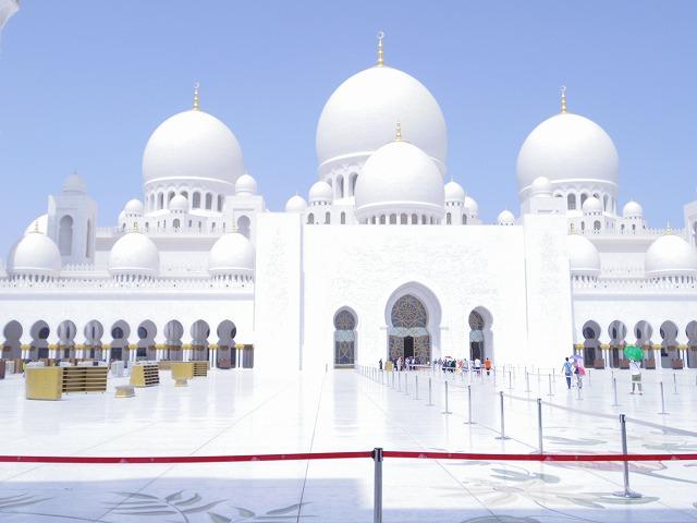 真っ白な外観がアラブの空によく映えます