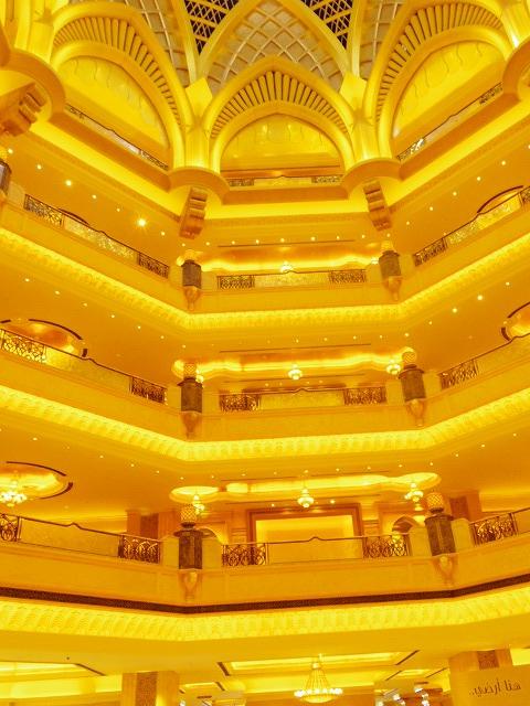 黄金に輝くエミレーツパレスホテルの内装はまさに宮殿