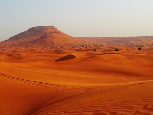 近代都市から打って変わって、夕方には砂漠地帯に到着