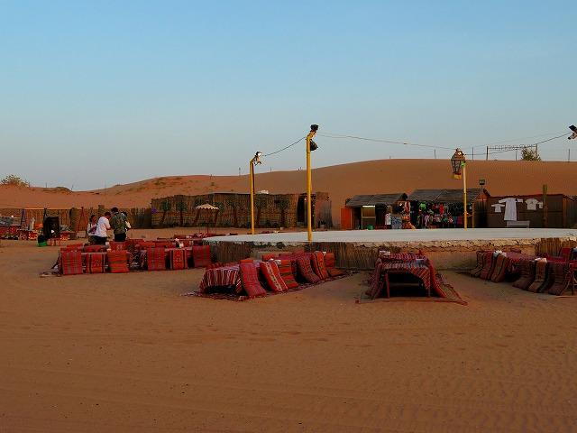 砂漠の中にと突如現れるディナー会場は異国情緒満点