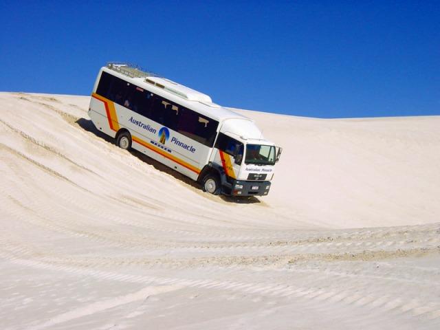 バスも砂漠をひた走る