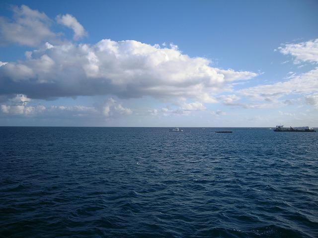 どこまでも広がる海。船の上から景色を眺めるのも格別