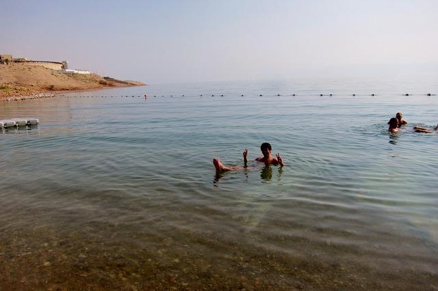 死海で浮く