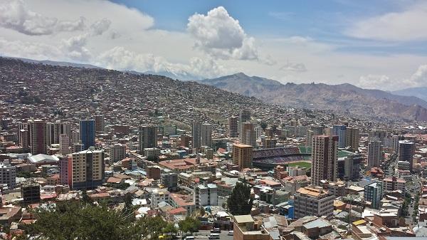 高山都市、ラパスの街並みを一望。