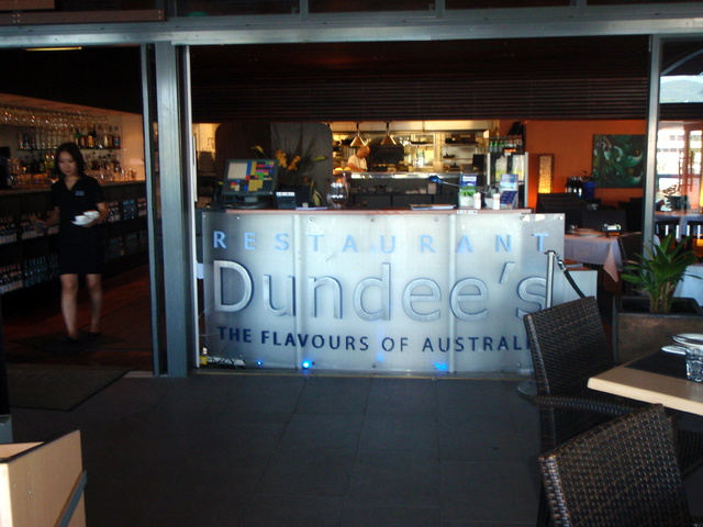 港に面したローカルにも人気のレストラン、ダンディーズ