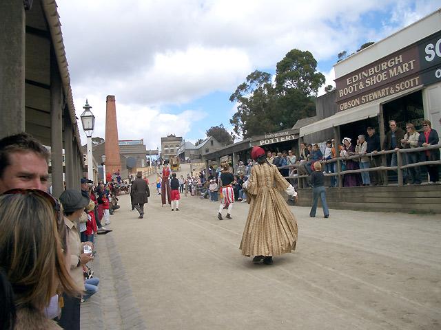 町の人も昔の服装で