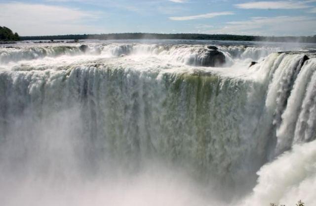 間近で見る世界三大瀑布、中でも悪魔の喉笛は迫力満点!