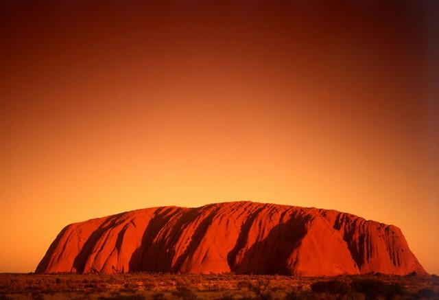 巨大な一枚岩が真っ赤に染まるサンセット