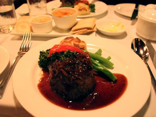 レストランの人気メニューのステーキ