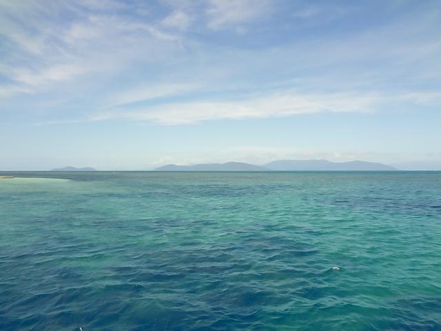エメラルドグリーンに輝くグレートバリアリーフの海