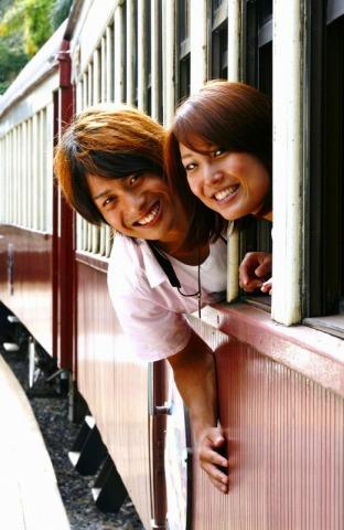 レトロな列車の車窓から記念撮影