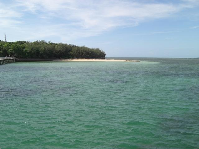 遠浅で波のおだやかな海は透明度も抜群!
