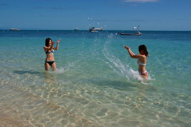 穏やかなビーチは泳ぎが不得意でもお子様でも楽しめます