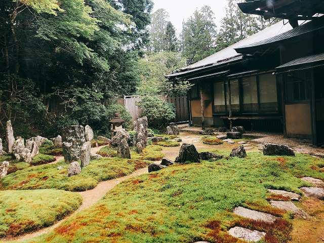 西禅院の閑静なお庭を眺めながら、精進料理を楽しむひと時。