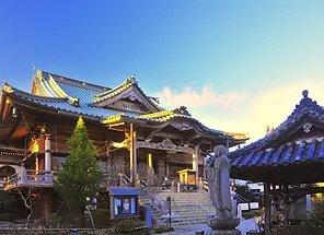 昭和を代表する名寺院建築という評価を得た見事な本堂。