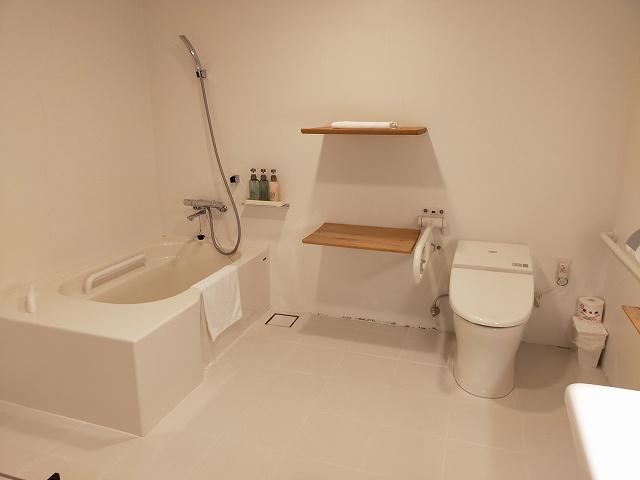 バスルームも木がモチーフで清潔かつ使いやすい