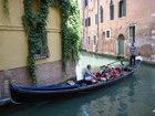 ベネチア名物、伝統的な三日月型のゴンドラで運河クルーズ