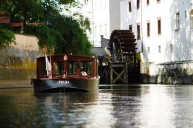 一味違うプラハ運河観光!可愛らしい伝統的ボートでモルダウ川(ヴルタヴァ川)名所巡り!