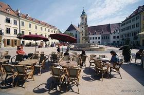 スロバキア首都ブラチスラヴァとデヴィーン城半日観光!【期間限定4月下旬~10月】