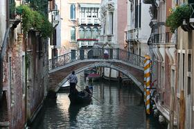 専用ゴンドラで遊覧するヴェネツィア♪