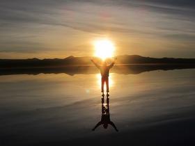 [専用車/プライベート] ウユニ塩湖から拝むサンライズ