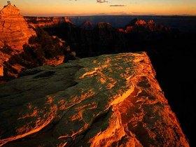 夕陽に染まるグランドキャニオン・ウエストの渓谷美を見に行こう!サンセットタイムのヘリコプター遊覧ツアー [ボルダーシティ空港専用ターミナル発着]