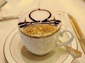 アブダビの7つ星ホテル「エミレーツ・パレス」で24金の金粉カプチーノを!