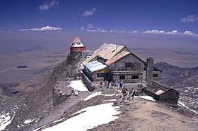 アンデス山脈に囲まれた首都ラパスから行くチャカルタヤと月の谷ツアー