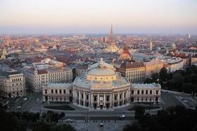 隣国オーストリアの首都へ 音楽の都ウィーン1日ツアー [ブダペスト発/専用車利用]