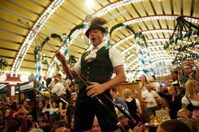 オクトーバーフェストで乾杯!パウラーナーが提供される人気テント・アルムブルストシュッツェン [9月21 - 22日&28 - 29日&10月5 - 6日限定!]
