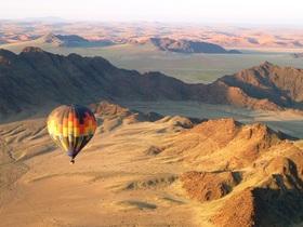 ナミブ砂漠でサンライズ飛行!熱気球60分飛行ツアー【英語ガイド/シャンパン付き朝食/セスリエム発着】