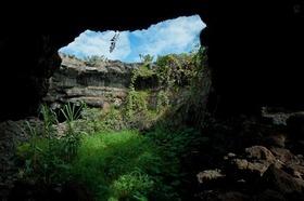 イースター島最大の洞窟 アナ・テ・パフ探検!