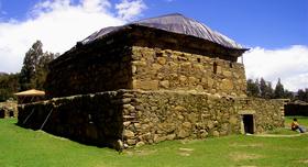 オンコパンパの遺跡とチャンコス温泉1日観光
