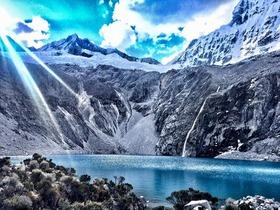 標高4,600mの青の湖 ラグーナ69トレッキングツアー