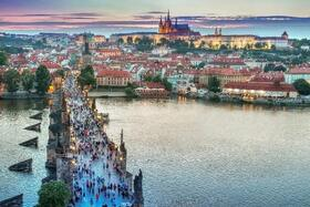 隣国チェコの首都 プラハを訪れる1日【英語ガイド / 混載】