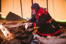 サーミ族の村訪問とトナカイとのふれあい体験【 アビスコ・ビョークリデン発】