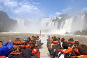 ファストボートでイグアスの滝に突っ込む!グランドアドベンチャー【アルゼンチン側観光/ 英語ガイド】