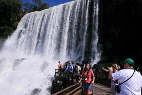 世界最大の滝「悪魔の喉笛」を望む!アルゼンチン側半日ツアー【プライベート/ 英語ガイド】